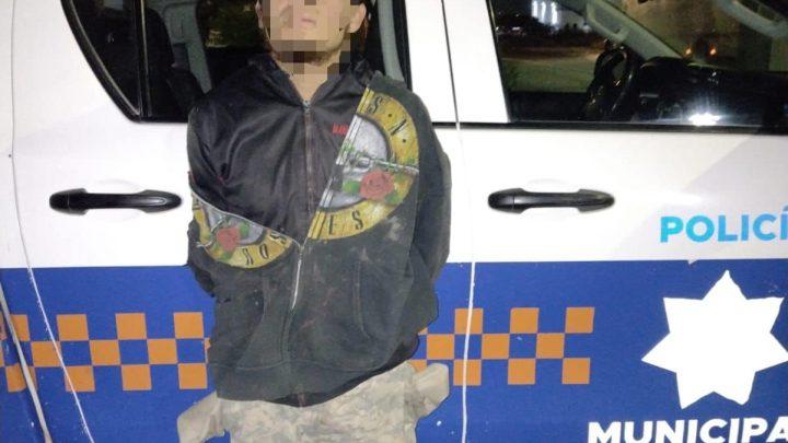 Una persona del sexo masculino fue asegurada la madrugada de hoy por oficiales de policía de San Juan del río, en la comunidad de la Estancia.